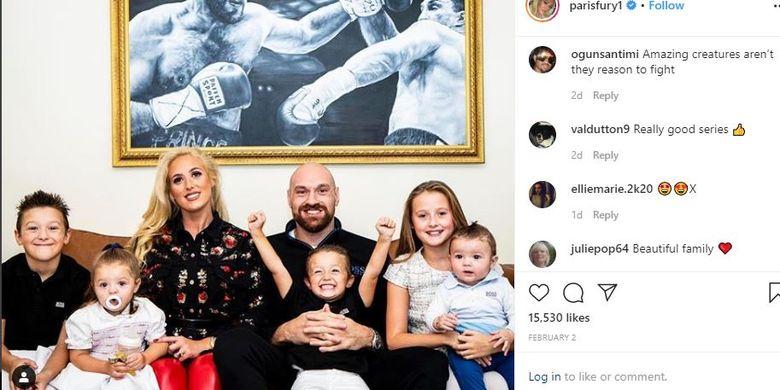 Tyson Fury bersama sang istri, Paris Fury, serta lima anak mereka.