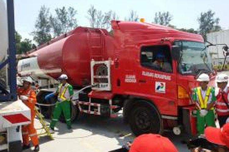 Truk pengangkut premium seberat 8.000 liter tengah mengisi LNG di terminal BBM di Kilang Pertamina Balikpapan.