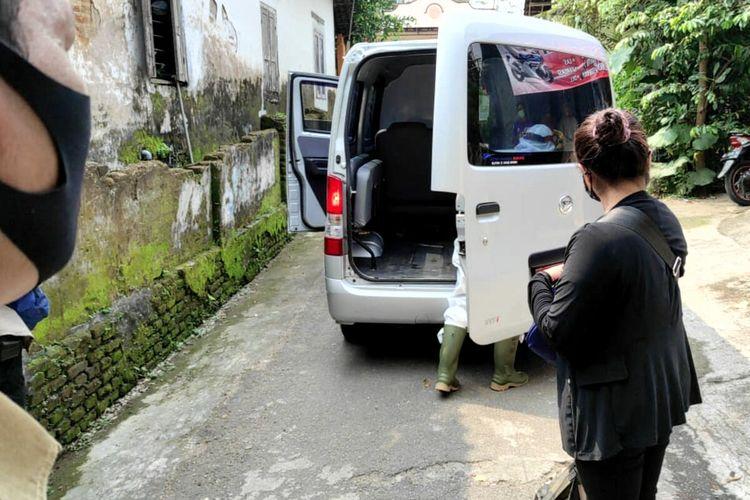 Seorang PMI yang pulang dari Singapura dijemput Satgas Covid-19 dari rumahnya di Kelurahan Gedog, Kecamatan Sananwetan, Kota Blitar, Senin (26/4/2021), untuk diantarkan ke rumah karantina.