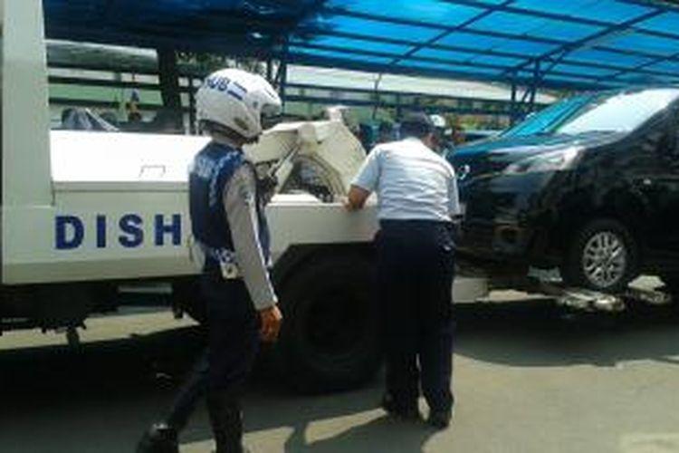 Dinas Perhubungan (Dishub) DKI Jakarta akan menerapkan Perda No 3 Tahun 2012 tentang Retribusi Daerah untuk menderek kendaraan yang melanggar rambu larangan parkir.