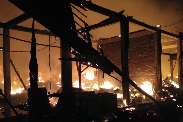 Peristiwa kebakaran yang meludeskan 350 kios di Pasar Desa Kepoh, Kecamatan Kepohbaru, Bojonegoro