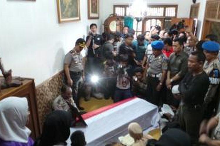 Suasana pengajian di dalam kediaman almarhum anggota Unit Binmas Polsek Metro Cilandak, Aiptu Dwiyatna, Rabu (7/8/2013). Dwiyatna tewas setelah ditembak orang tak dikenal di Ciputat, Tangerang Selatan, Rabu subuh.