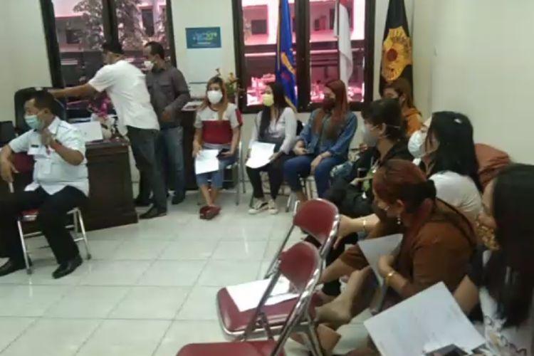 Para pemandu lagu yang diberikan pembinaan oleh Satpol PP Kota Semarang sebelum dipulangkan ke daerah asalnya, Rabu (22/4/2020)