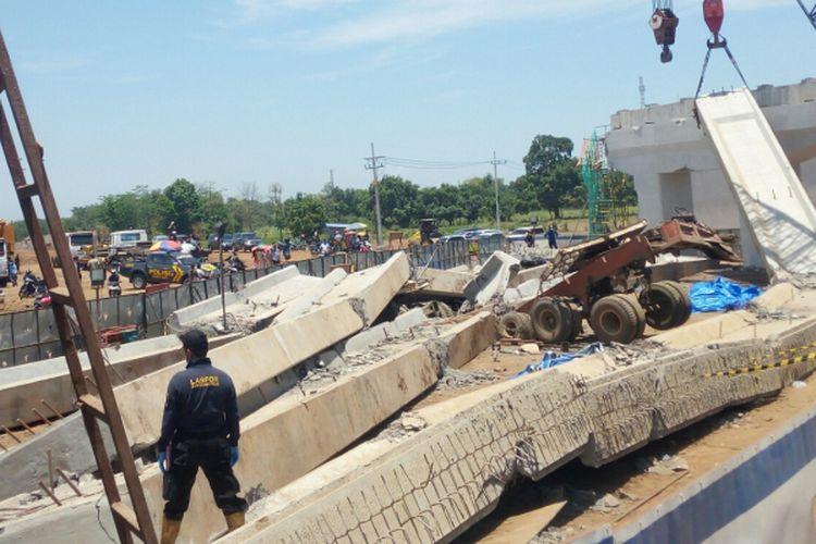 Tim Lafor Mabes Polri Cabang Surabaya melakukan penyelidikan sekaligus investigasi ambruknya grider flayover tol Pasuruan-Probolinggo
