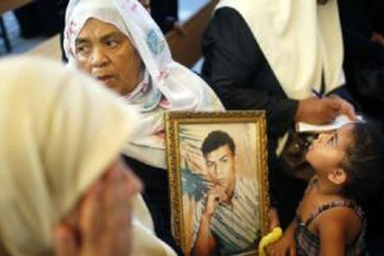 Warga Palestina di Jalur Gaza melakukan unjuk rasa menuntut pembebasan tahanan dari penjara Israel