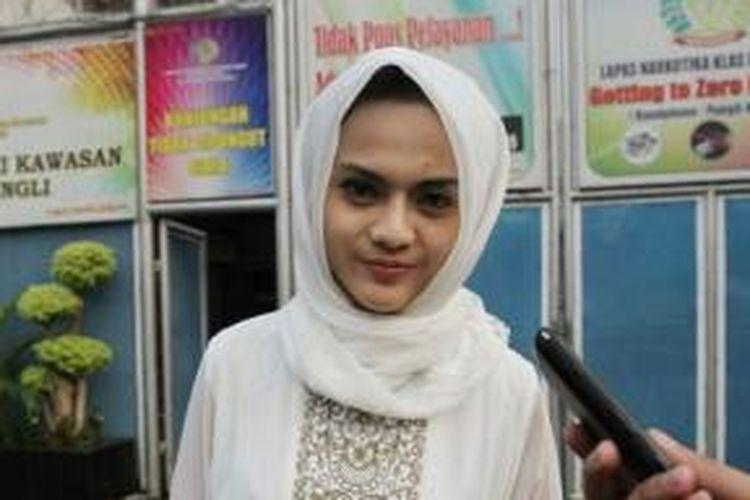 Anggita Sari, model majalah pria dewasa yang juga pacar Freddy Budiman, gembong kasus narkoba, diabadikan setelah membesuk pacarnya tersebut di LP Narkotika Cipinang, Jakarta Timur, Kamis (18/7/2013).
