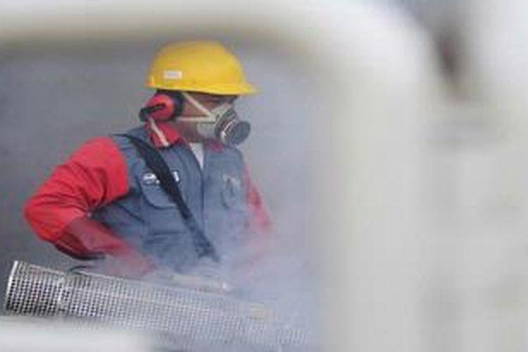 Ilustrasi: Petugas melakukan pengasapan pada sebuah gedung di Kota Semarang, Jawa Tengah untuk mencegah serangan nyamuk demam berdarah.