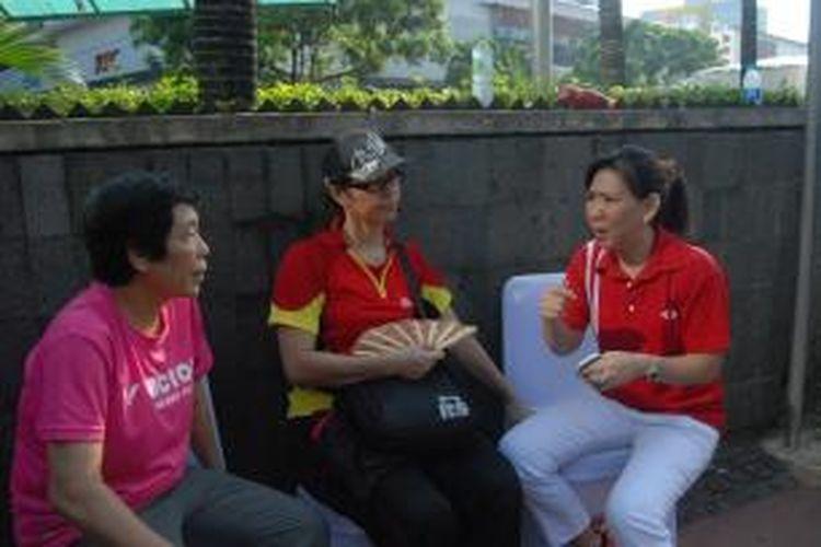 Mantan pebulu tangkis Indonesia, Susy Susanti (kanan), berdiskusi mengenai tunggal putri Indonesia bersama mantan pelatihnya, Liang Chiusia (kiri), dan mantan pebulu tangkis lainnya, Sarwendah Kusumawardhani, usai acara arak-arakan juara dunia di Sarinah, Thamrin, Minggu (18/8/2013).