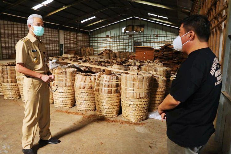 Gubernur Jawa Tengah Ganjar Pranowo saat memeriksa stok tembakau gudang pabrik rokok di Temanggung, Jawa Tengah, Senin (6/9/2021).