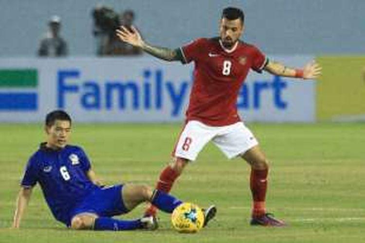Gelandang timnas Indonesia, Stefano Lilipaly, coba merebut bola dari Thailand pada partai pertama Grup A Piala AFF 2016 di Philippine Sports 2016.
