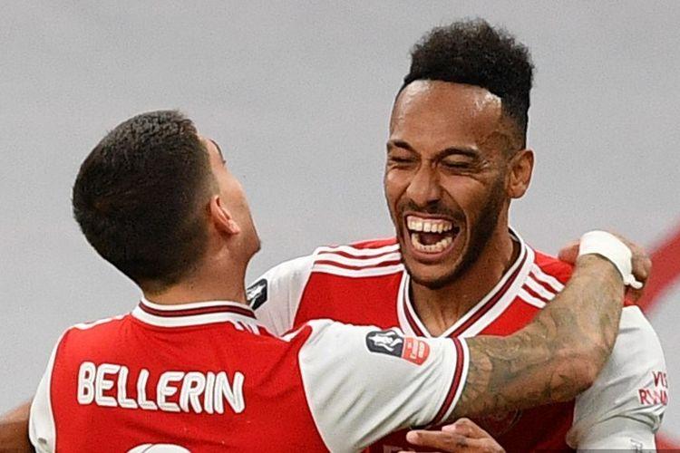 Pierre-Emerick Aubameyang (kanan) merayakan golnya bersama Hector Bellerin (kiri) pada laga semfinal Piala FA yang mempertemukan Arsenal vs Man City di Stadion Wembley, Sabtu 18 Juli 2020.