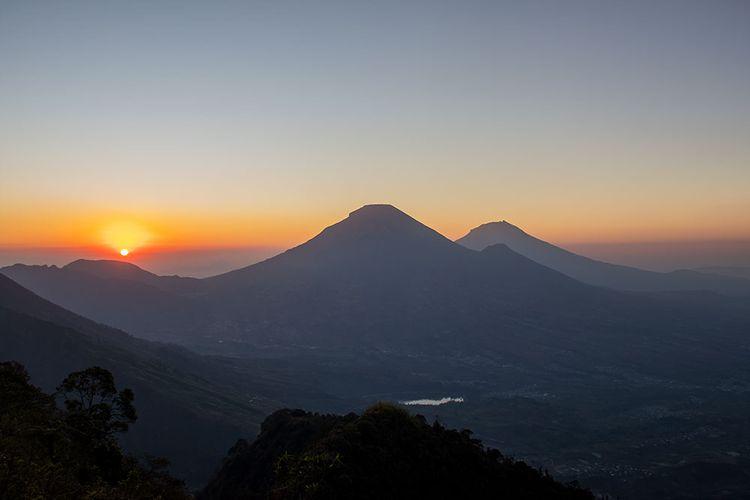 Matahari Terbit di Pos IV Gunung Bismo via Silandak (5/10/2019).