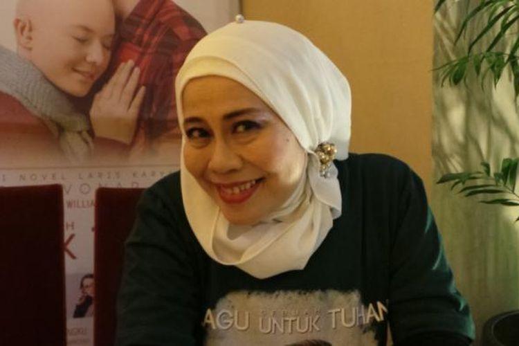 Dewi Yull diabadikan usai pemutaran film Sebuah Lagu untuk Tuhan, di XXI Epicentrum Walk, Jakarta Selatan, Senin (26/10/2015).