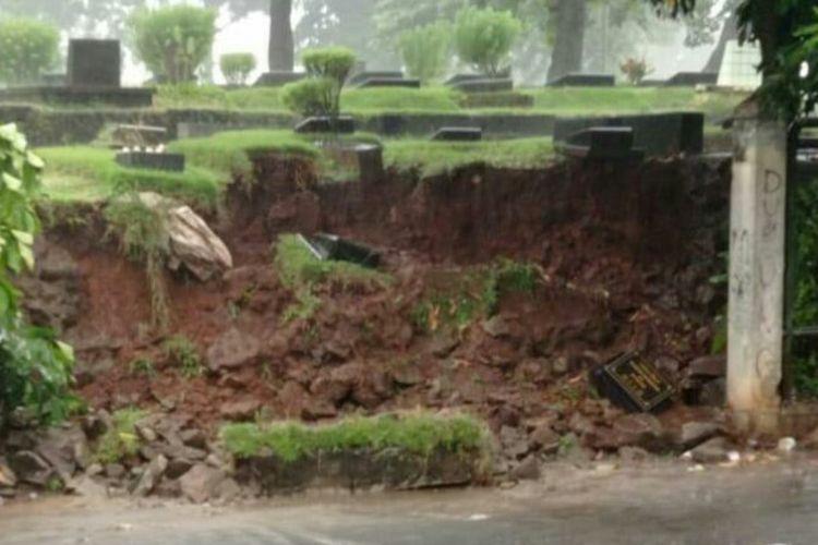 Sejumlah makam di Taman Pemakaman Umum (TPU) Jeruk Purut, Pasar Minggu, Jakarta Selatan, longsor, Jumat (21/5/2021) sore, saat hujan deras mengguyur wilayah itu.