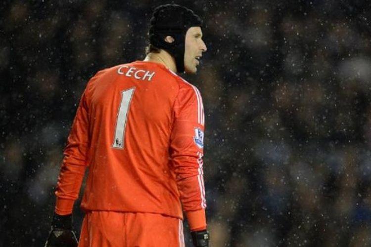 Salah satu ekspresi mantan kiper Chelsea Petr Cech, pada pertandingan perempat final Piala Liga melawan Derby County, di iPro Stadium, Derby, 16 Desember 2014.