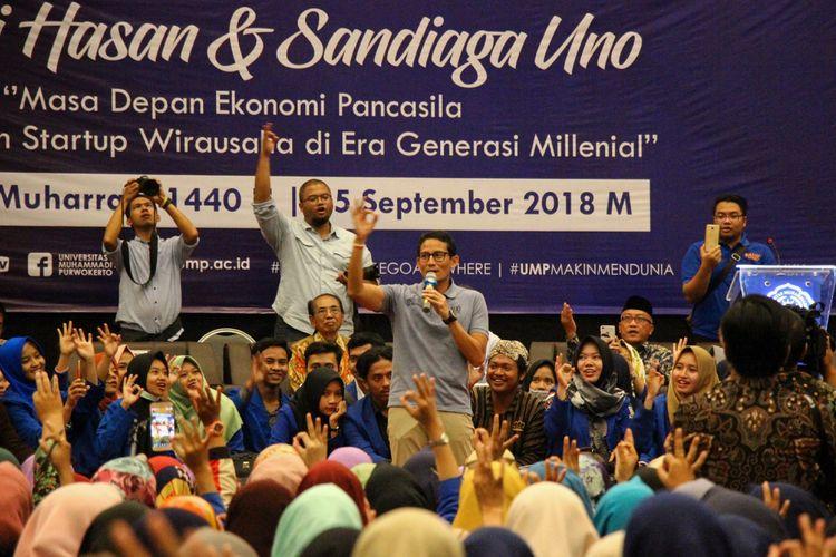 Calon Wakil Presiden nomor urut 2, Sandiaga Salahuddin Uno mengajak mahasiswa Universitas Muhammadiyah Purwokerto (UMP) menyuarakan yel-yel program OK-OCE saat mengisi seminar kebangsaan di Hotel Grand Karlita, Banyumas, Jawa Tengah, Selasa (25/9/2018).