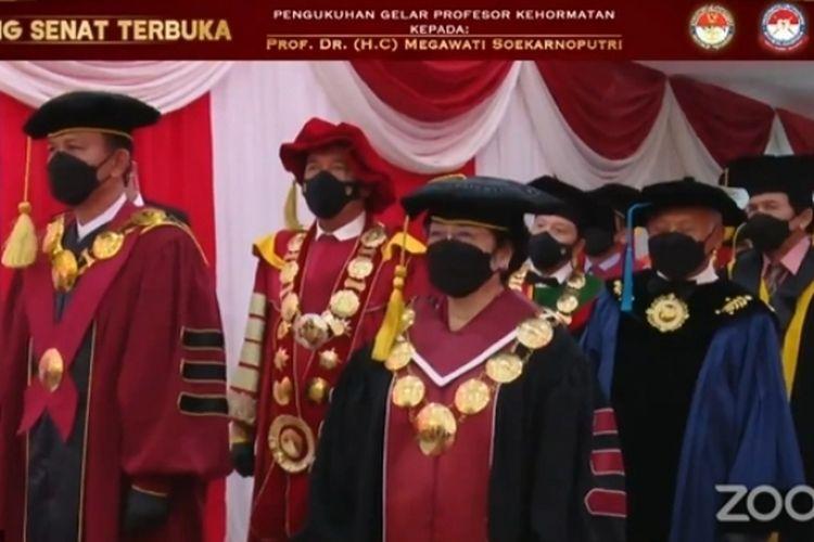 Tangkapan layar Presiden Ke-5 RI Megawati Soekarnoputri memasuki ruangan Sidang Senat Terbuka Universitas Pertahanan (Unhan) RI, Jumat (11/6/2021).