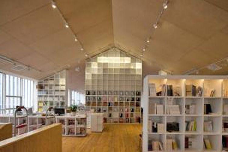 Sekilas, toko buku ini terasa seperti perpustakaan. Pengunjung dapat menikmati kunjungannya ke toko ini dan menggunakan waktunya sebaik mungkin. Bahkan, dengan adanya kedai kopi di dalam toko ini, lengkaplah kenyamanan yang ditawarkan bagi para pelanggan.