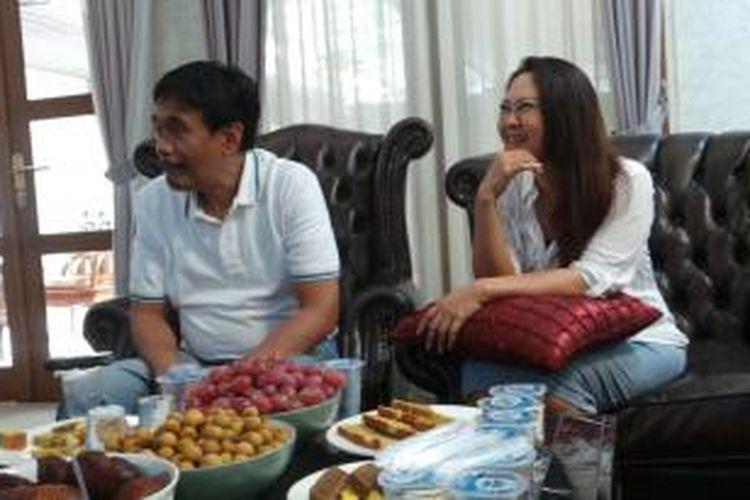 Wakil Gubernur DKI Jakarta Djarot Saiful Hidayat dan istri, Happy Farida di rumah dinas, Jalan Besakih Kuningan, Jakarta Selatan, Kamis (25/12/2014).