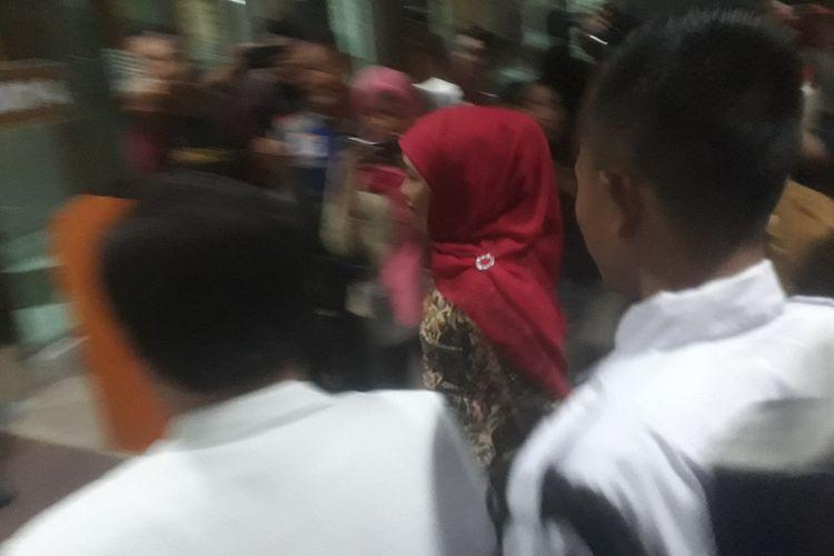 Gubernur Jatim Khofifah Indar Parawansa melayat Fuad Amin di RSU dr Soetomo Surabaya, Senin (16/9/2019) sore