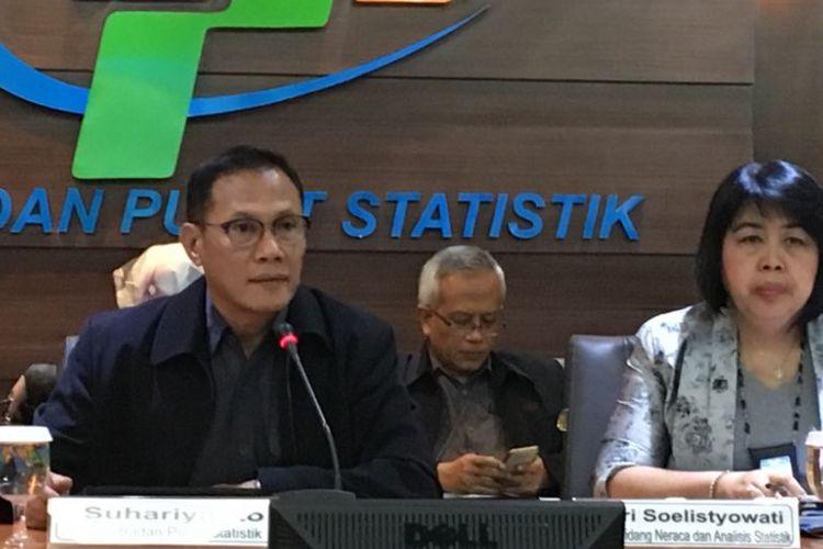 Kepala Badan Pusat Statistik Suhariyanto bersama jajarannya saat menyampaikan pertumbuhan ekonomi kuartal I 2018 melalui konferensi pers di kantornya, Jakarta Pusat, Senin (7/5/2018).
