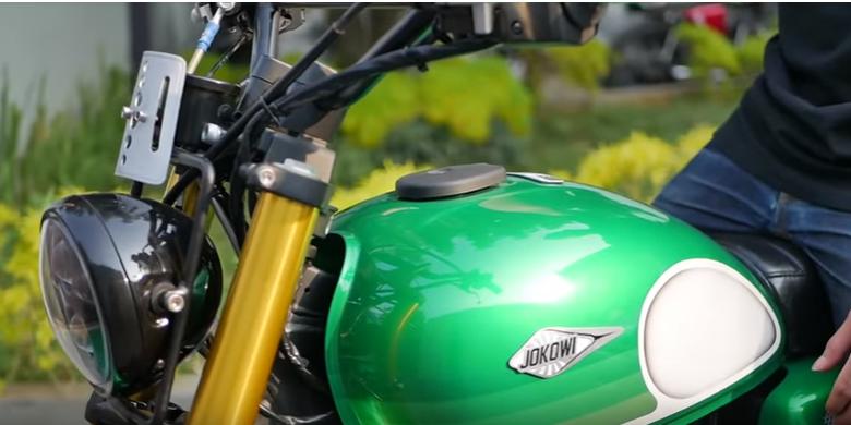 Emblem bertuliskan JOKOWI yang terpasang di bagian tangki motor custom Kawasaki W175 bergaya tracker garapan bengkel Katros Garage. Motor ini merupakan pesanan dari Presiden Joko Widodo.