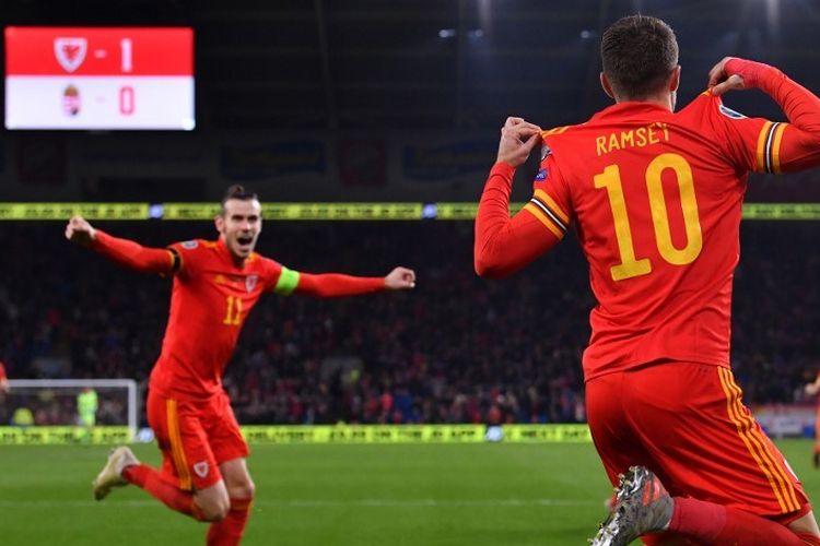 Kapten timnas Wales, Gareth Bale (kiri), merayakan gol Aaron Ramsey pada pertandingan Wales vs Hungaria dalam lanjutan kualifikasi Euro 2020 di Stadion Cardiff City, 19 November 2019.