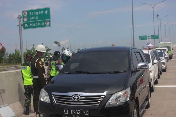 Penyekatan di pintu exit tol Ngawi. Selama 8 hari penyelatan .700 kendaraan dipaksa putar balik di pintu exit tol Ngawi.