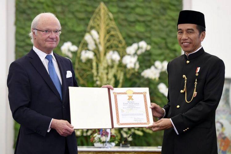 Presiden Joko Widodo (kanan) menerima memberikan piagam kepada Raja Swedia Carl XVI Gustaf (kiri) di Istana Kepresidenan Bogor, Senin (22/5/2017). Dalam pertemuan tersebut dilakukan sejumlah kegiatan antara lain penanaman pohon, veranda talk, pertemuan bilateral hingga penandatanganan nota kesepahaman kedua negara.