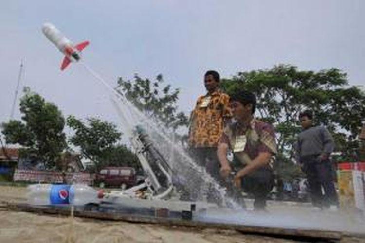 Pelajar meluncurkan roket air rakitan mereka pada Kontes Roket Air Taman Pintar 2011 di Lapangan Karangwaru, Tegalrejo, Yogyakarta, Minggu (9/10/2011).