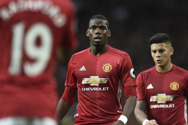 Gelandang Manchester United, Paul Pogba (tengah), tampil dalam laga Premier League kontra Burnley, di Stadion Old Trafford, Sabtu (29/10/2016).