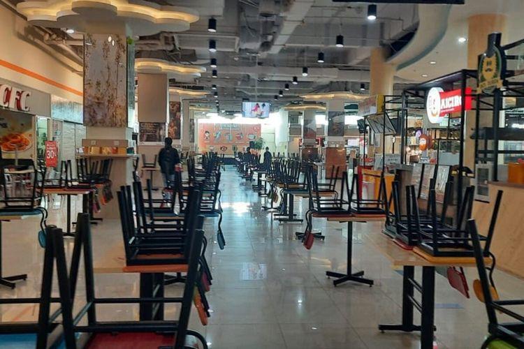 Suasana food court di Solo Grand Mal pada hari pertama diberlakukan PPKM Darurat, Sabtu (3/7/2021).