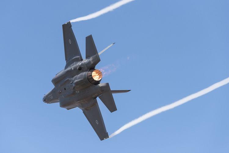 Pesawat F-35 milik Angkatan Udara Australia beraksi di ajang Australia International Airshow di bandara Avalon, 3 Maret 2017.