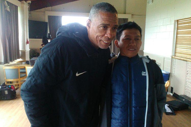 Pelatih Garuda Select, Des Walker (kiri), bersama wartawan Kompas.com, Eris Eka Jaya, berpose usai wawancara selepas latihan tim di Aston Recreation Centre, Birmingham, Kamis (9/5/2019).