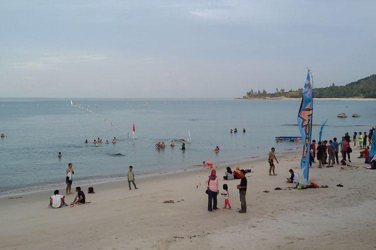 Rombongan peserta Sungailiat Triathlon Internasional aklimatisasi lokasi lomba di Pantai Tanjung Pesona, Bangka, Kepulauan Bangka Belitung.