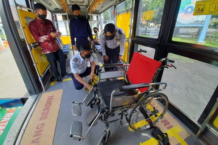 Bus Damri yang ramah lansia, difabel, dan lingkungan