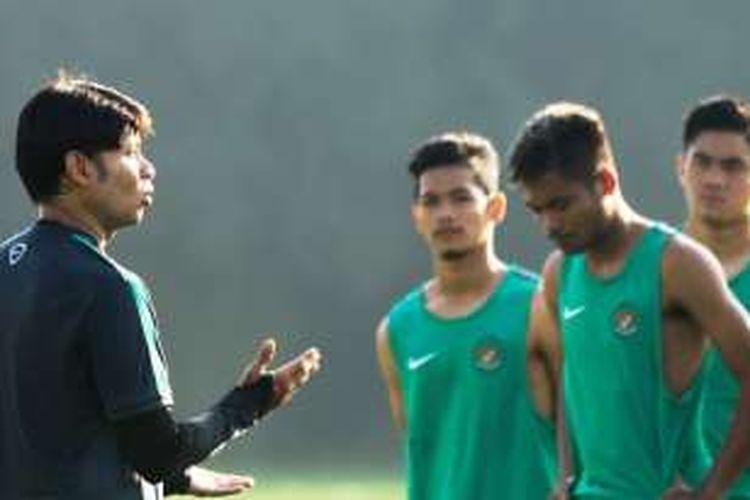 Pelatih tim nasional Indonesia U-19, Eduard Tjong, memberikan pengarahan kepada anak asuhnya saat berlatih di Lapangan National Youth Training Center (NYTC) Bojongsari, Depok, Jawa Barat, beberapa waktu lalu.