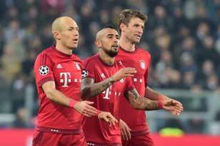 Tiga pemain Bayern Muenchen, Arjen Robben (kiri), Arturo Vidal (tengah), dan Thomas Mueller tampil pada laga pertama babak 16 besar Liga Champions kontra Juventus di Stadion Juventus, Selasa (23/2/2016) atau Rabu dini hari WIB.