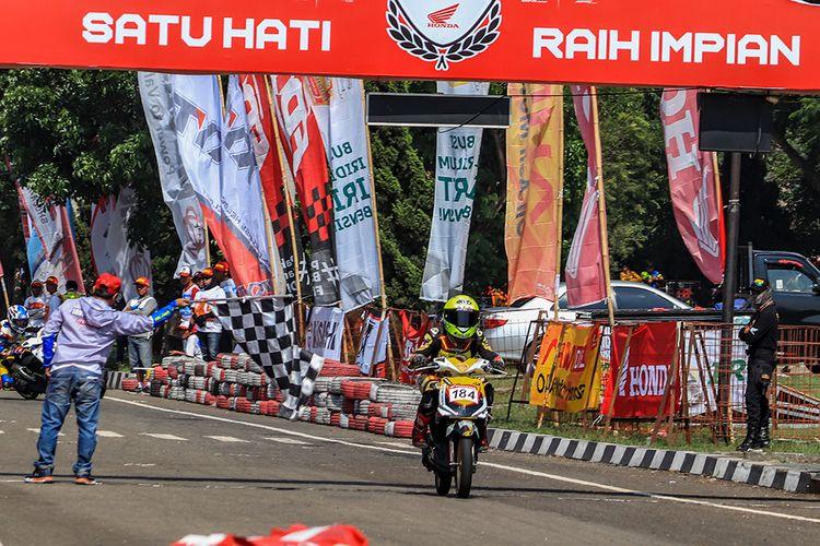 Pemenang kelas balap kelas balap Honda Matic standar sampai dengan 130 cc wanita pada Honda Dream Cup 2019 di Cimahi, Jawa Barat, Minggu (24/11/2019).