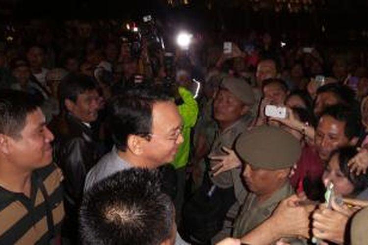Gubernur DKI Jakarta Basuki Tjahaja Purnama menyapa ribuan warga di kawasan Bundaran HI saat pergelaran Jakarta Night Festival, Rabu (31/12/2014)