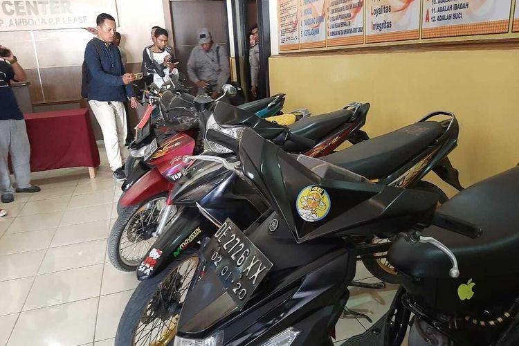 Empat pelaku pencurian kendaraan bermotor (Curanmor) di Kota Ambon yang berhasil diringkus polisi dalam sepekan terakhir di hadirkan dalam gelar perkara dan barang bukti di kantor Polresta Pulau Ambon dan Pulau-Pulau Lease, Jumat (31/1/2020)