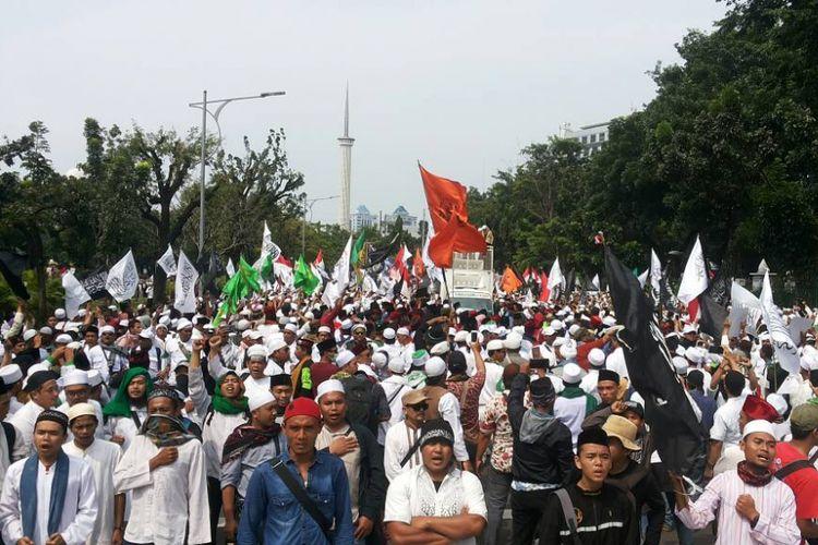 Aksi unjuk rasa menuntut hukuman maksimal untuk terdakwa kasus dugaan penodaan agama Basuki Ahok Tjahaja Purnama yang digelar di Jalan Medan Merdeka Utara, Jakarta Pusat pada Jumat (5/5/2017) siang.