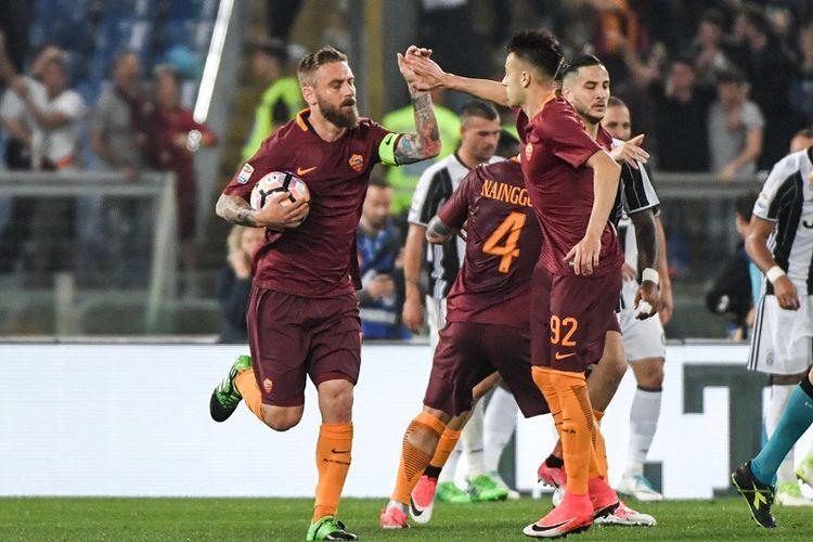 Gelandang AS Roma, Daniele De Rossi, merayakan gol bersama rekannya, Stephan El Shaarawy, dalam lanjutan Serie A di Stadion Olimpico, Minggu (14/5/2017) waktu setempat atau Senin dini hari WIB.