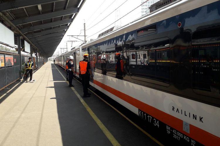Kereta Api Bandara Soekarno-Hatta berangkat dari Stasiun Bekasi, Selasa (19/8/2018).
