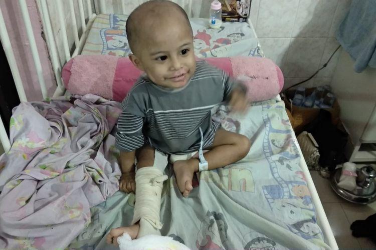 Bocah usai tiga tahun berinisial MD sudah tersenyum ceria setelah mendapat perawatan medis di RSUD Abdul Wahab Syahranie, Rabu (20/11/2019).