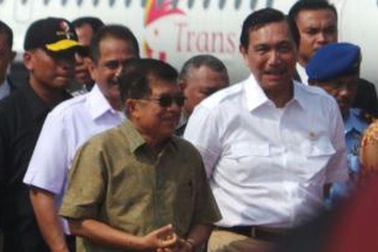Wapres Jusuf Kalla bersama Kepala Staf Kepresidenan Luhut Binsar Pandjaitan di Bandara Halim Perdanakusuma, Jakarta, Sabtu (18/4/2015).