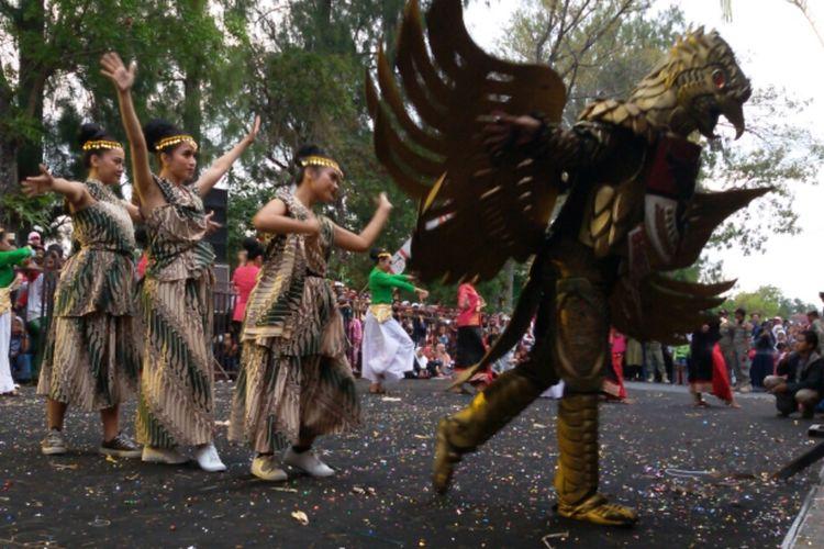 ISI Yogyakarta menonjolkan kreasi baru yang menceritakan kebanggaan pada kekayaan keragaman Indonesia di karnival Menoreh Art Festival 2019.