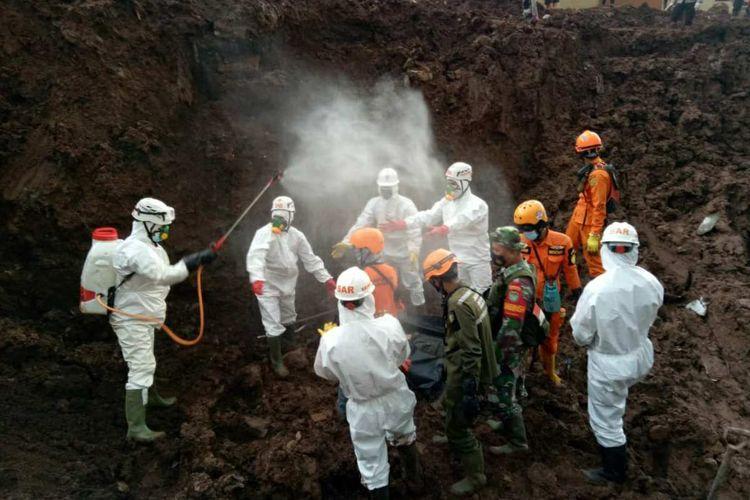 Tim SAR evakuasi korban tertimbun longsor di Cimanggung, Sumedang, Jawa Barat, Sabtu (16/1/2021). Dok. Basarnas Bandung/KOMPAS.com