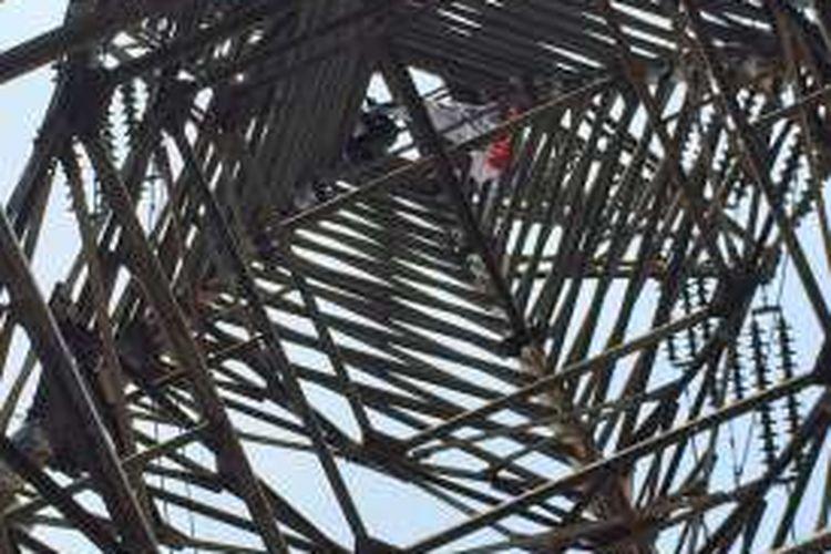 Pria tak dikenal panjat menara sutet di Senen, Jakarta Pusat, Selasa (26/9/2016).