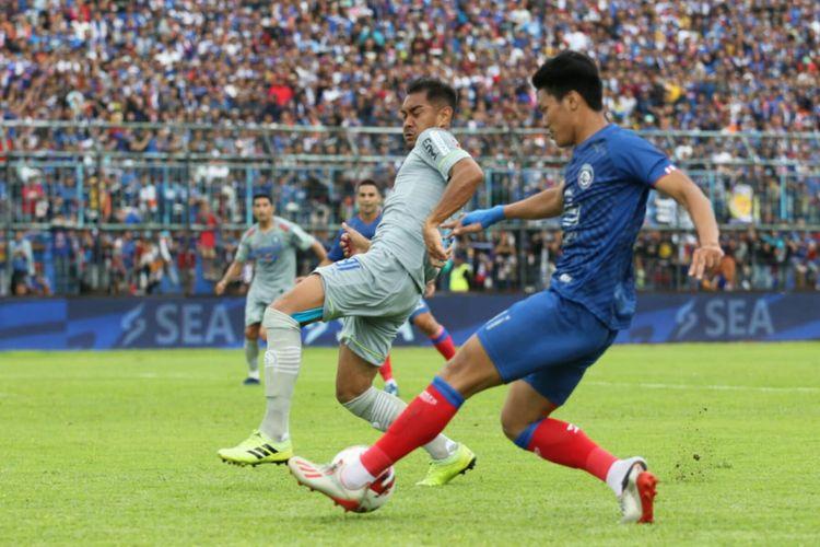 Gelandang Persib Omid Nazari coba menghalangi pergerakan pemain Arema FC Feby Eka pada laga Arema FC vs Persib Bandung dalam lanjutan Liga 1 di Stadion Kanjuruhan, Malang, Minggu (8/3/2020).